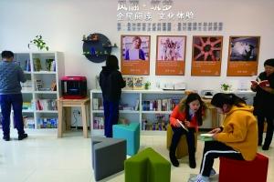 居民在筑梦书屋阅读。