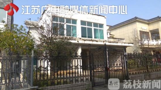扬州三笑国际花苑小区疯狂加盖违建 城管不管