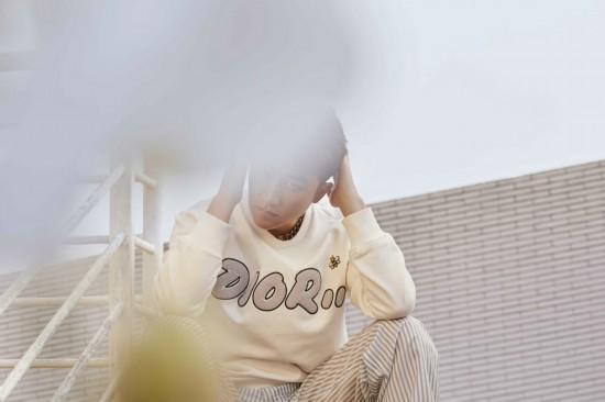 黄轩冬日写真曝光 身着白色刺绣卫衣温暖迷人