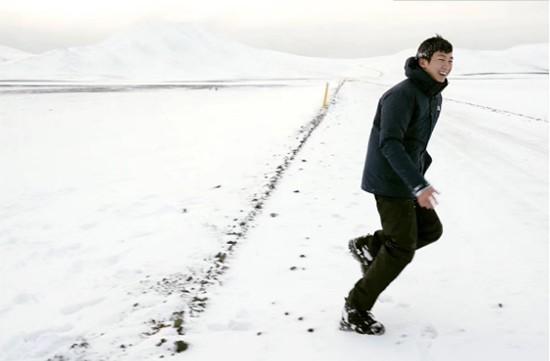 白举纲《奇遇人生》漫步冰岛 静看篝火畅聊人生