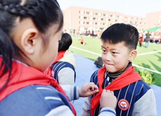 淮安千余名一年级学生点朱砂启智 带上红领巾