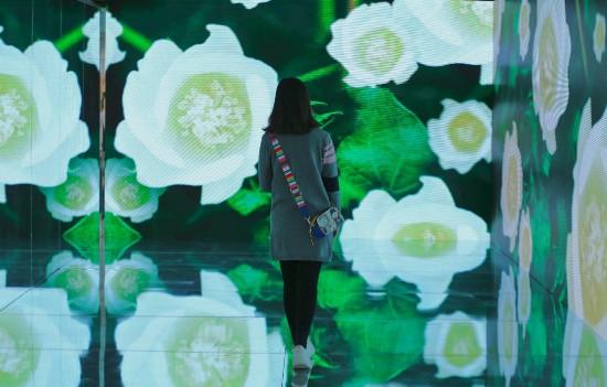 """在""""棉""""大片打造的360度沉浸式光影空间内,不悦目多一秒穿越感受棉的时兴风光。"""