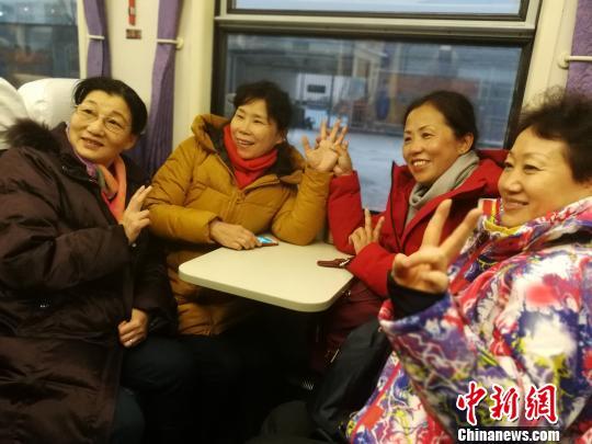 市民乘坐火车游达坂城。 王小军 摄