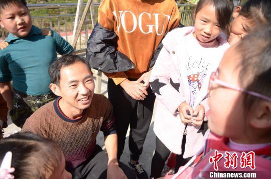 张志健与孩子们交流 余皓 摄