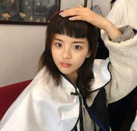 """杨超越换""""妹妹头""""新发型 搞笑中带点土味可爱"""