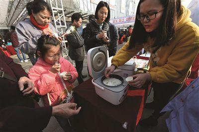 宁淮两地粮食局举办新米推介会 市民闻香抢购