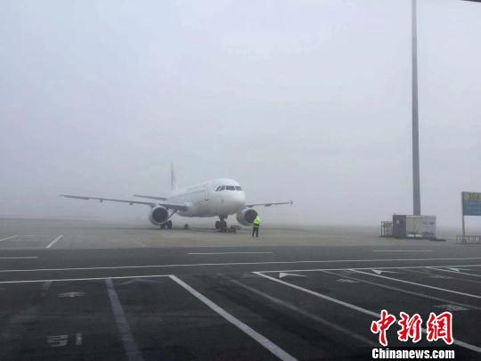 成都机场再遇大雾天气超百个航班延误或取消
