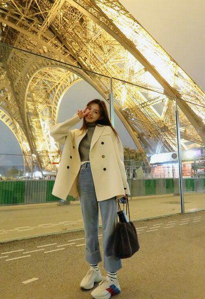 林允夜游巴黎发美照 嘟嘴亲吻铁塔俏皮可爱