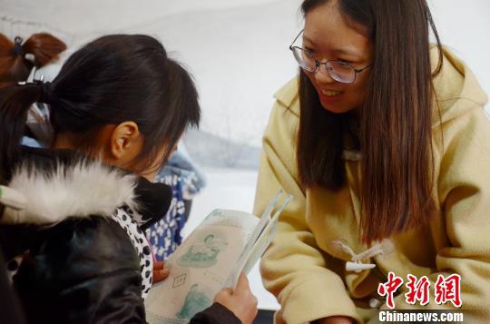 志愿者给孩子们辅导作业 余皓 摄