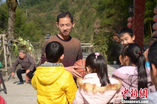 探访安徽休宁山村里的公益课堂:留守儿童的心灵港湾