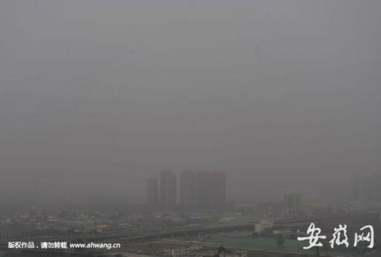 近日,合肥等城市被雾霾困扰。新安晚报 安徽网 大皖客户端记者 王从启/摄