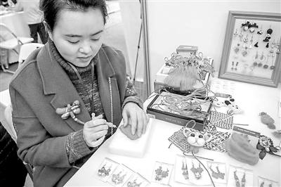 剪纸、刺绣、棕编… 巴渝巧姐巧手编织幸福梦