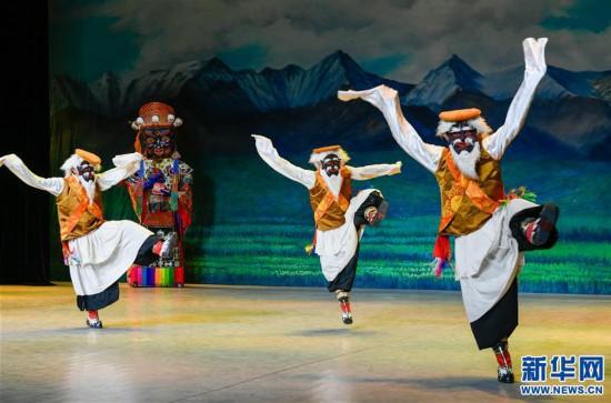 (11月24日摄).    摄 -藏戏面具晚会在拉萨公演