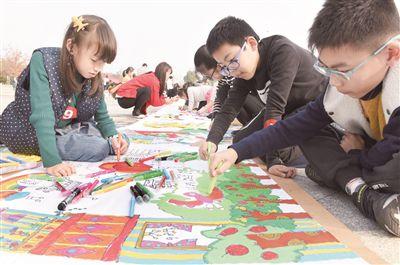 江苏海门市百名少儿手绘百米长卷颂改革