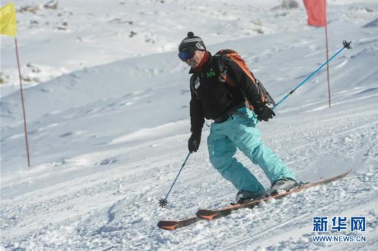 (新华网)(1)新疆千米落差滑雪场迎来首滑