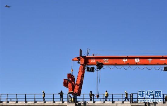 川藏鐵路拉林段第一座跨雅魯藏布江大橋鋪軌