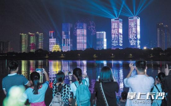 ←情人节的夜晚,市民们在湘江边观赏无人机灯光秀。
