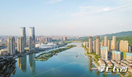 ↑梅溪湖国际新城环境优美,配套设施完善,彰显着幸福城市的品质。   均为长沙晚报记者 邹麟 摄