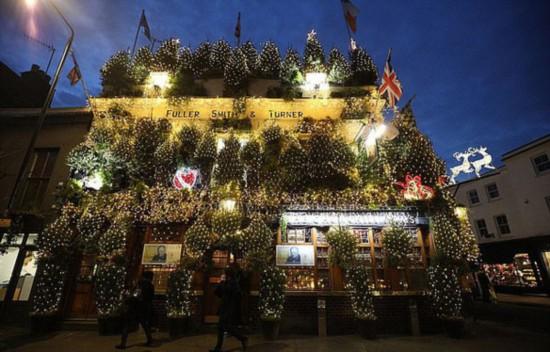 英国最喜庆客栈:用95棵圣诞树和2.1万盏灯迎圣诞