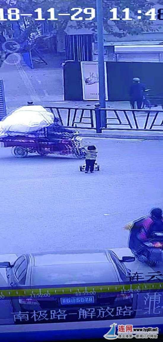 """连云港三岁女童出门""""自驾游"""" 民警找到家人"""