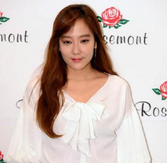 韩国女偶像直播时亮刀还比中指因销量差责怪粉丝