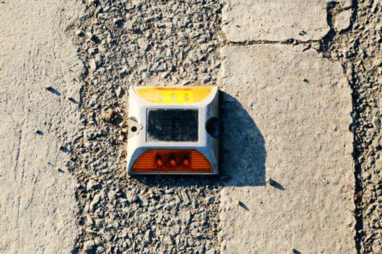 威宁段组织安装光控太阳能道钉凸起路标