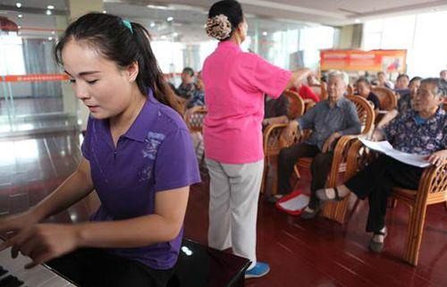 淄博市社会福利院老年福利服务中心的老人们在上声乐课