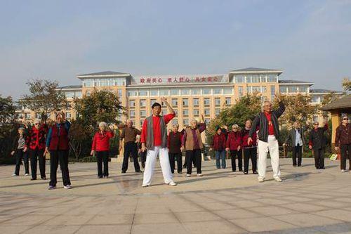 淄博市社会福利院的老人们进行晨练