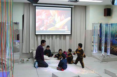 淄博市儿童福利院在进行感官练习的孩子们