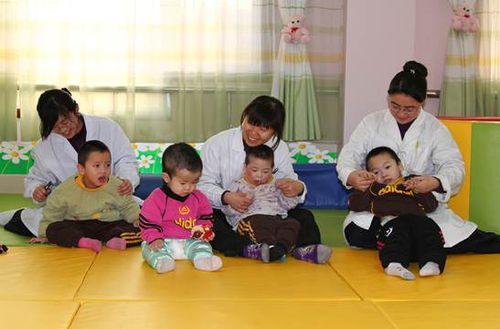 """淄博市儿童福利院的""""妈妈""""和孩子们"""