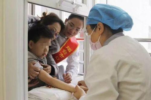 患儿在医生及志愿者的鼓励下勇敢接受血液检查