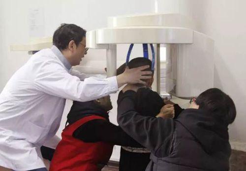 医生、志愿者辅助患儿拍摄全口牙片