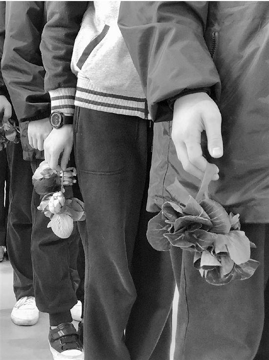 杭州惠兴中学给优秀学生颁奖 每人两棵青菜