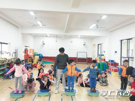 近日,带班老师蔡煜坤在给孩子们上活动课。受访者供图