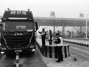 大货车在国道溧阳收费站拒检冲卡 司机被拘5天