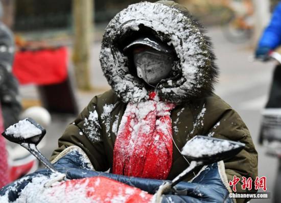 """河北迎降雪气温骤降 市民""""捂装""""出行"""