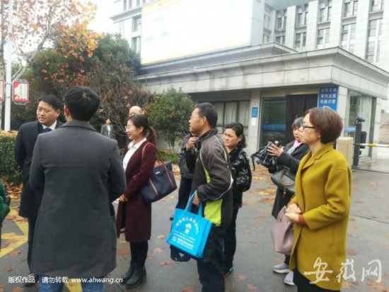 庭审结束后,陆先生和孟女士和代理律师在一起。