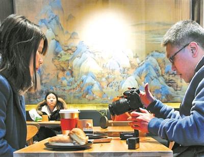 """故宫角楼咖啡悄然开业 蛋糕""""千里江山..."""