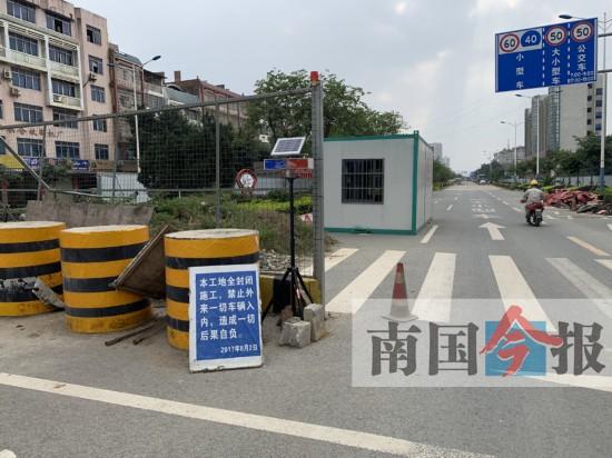 柳州古亭山菜市路段围挡几个月 车辆常遇