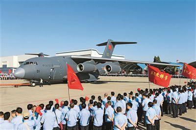 """2016年6月16日,首架运-20飞机在陕西西安阎良交付空军。阎良作为我国著名的""""航空城"""",是集飞机设计研究、生产制造、试飞鉴定和教学培训于一体的重要航空工业基地,几十年来交付各类军用、民用飞机数千架,为国防建设和航空事业发挥了重要作用。马彦军摄"""