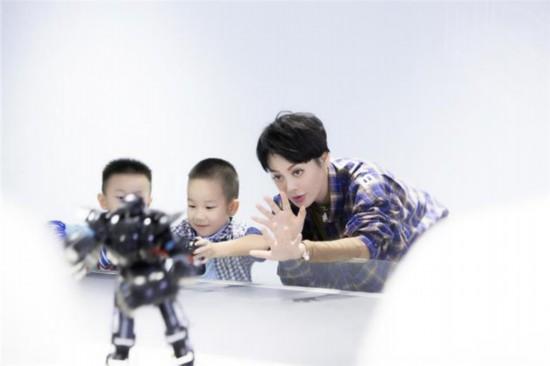 """《快乐哆��咪》宁静空降深圳化身""""机器人女友"""",再现实力派演技"""