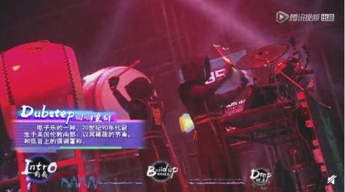 字幕对音乐类别加以标注。 来源:视频截图