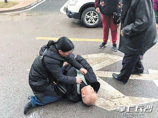 前日,护士陈颖正在跪地救治昏迷老人。  市民供图