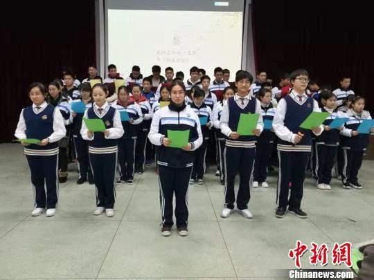 武汉一中学生串起全班56位同窗姓名为班级作赋