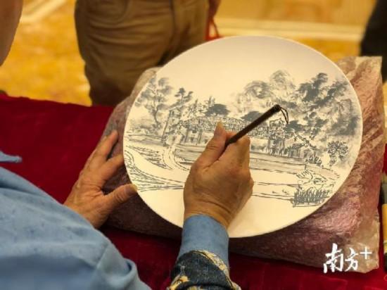 梅江馆内,绘画师傅进行现场创作。