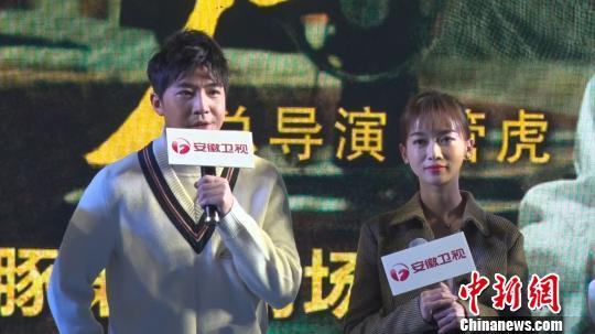 """俞灏明(图左)开心表示,终于如愿在戏中过了一把""""大哥""""瘾。 康玉湛 摄"""