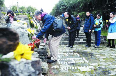 抗战老兵献花祭奠南京保卫战殉难将士