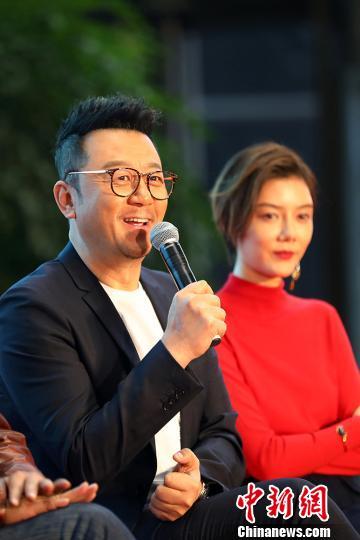 郭濤(左)和車曉與觀眾互動。 泱波 攝