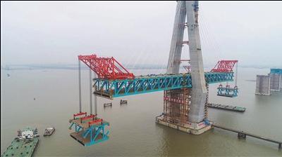 沪通大桥主航道桥完成新一轮钢梁吊装