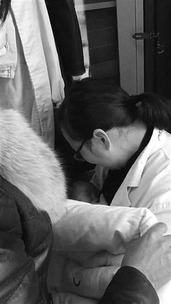 打疫苗饿得直哭 淮安哺乳期护士无私喂早产女婴